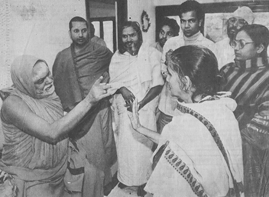 Geeta Das confronting the Puri Shankaracharya in 1994 in Kolkata, after he stopped a woman scholar from reciting from the Vedas, declaring that women were forbidden to recite the Vedas